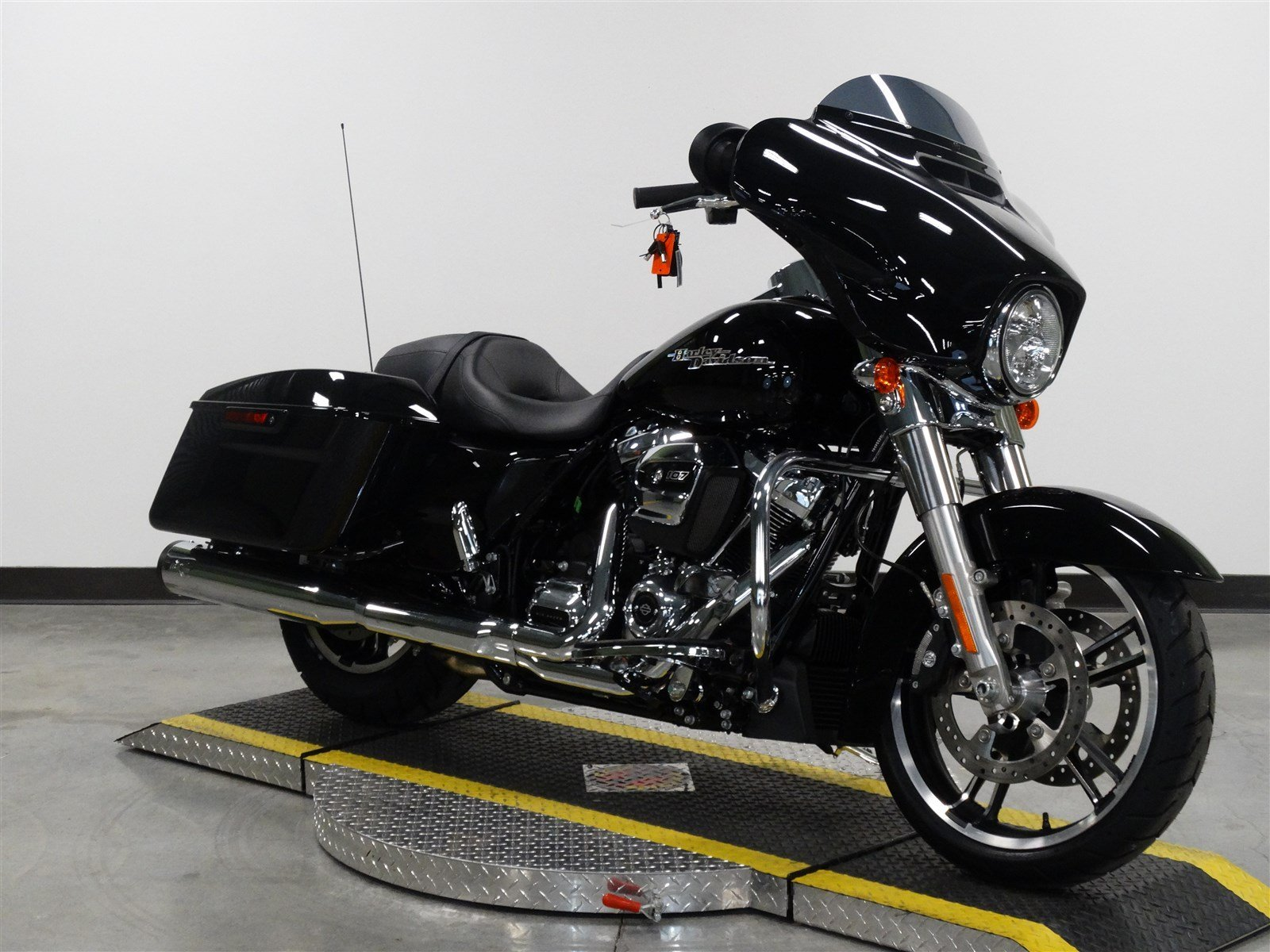 new 2017 harley davidson street glide flhx touring in olathe h633454 rawhide harley davidson. Black Bedroom Furniture Sets. Home Design Ideas