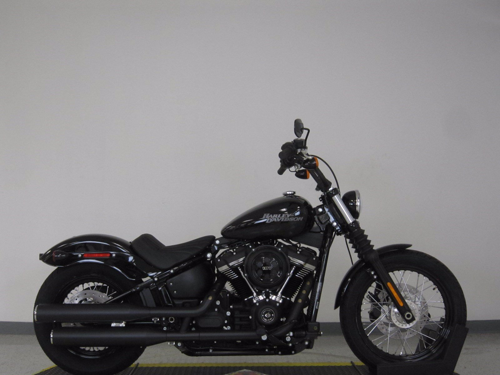 new 2019 harley davidson softail street bob fxbb softail in olathe 19fxbbblk rawhide harley. Black Bedroom Furniture Sets. Home Design Ideas